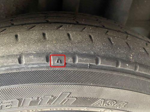 スリップサインの見方とは? タイヤを交換して下さいというサインがタイヤ溝に現れます。 見方は、とても簡単です。